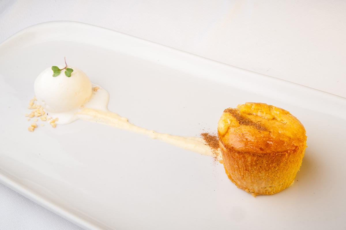 Pastel caliente de Medina servido con Helado de Canela y Limón
