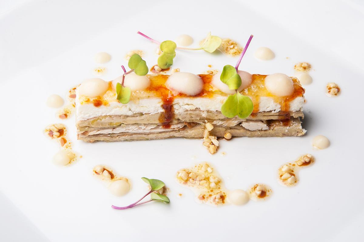 Milhojas caramelizadas de Foie con Perdíz en escabeche Queso y Manzana ácida