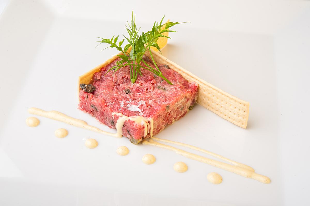Steak Tartar especial de Ternera de la Zona con emulsión de Mostaza