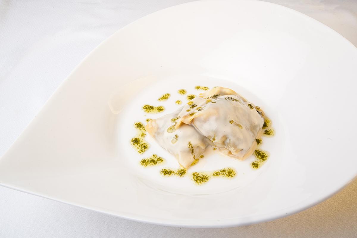 Ravioli relleno de Rabo de Toro y cubierto con emulsión de Parmesano